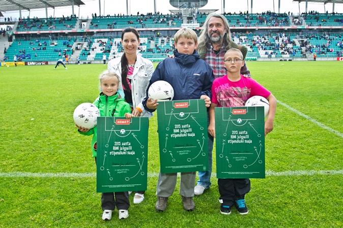 Aivar Pohlak andis lastele kätte jalgpallistipendiumid