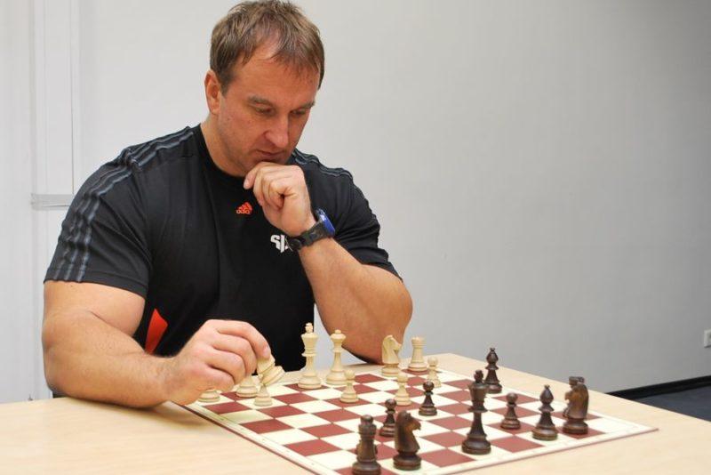 Spartas annab malesimultaani suurmeister Robert Hübner