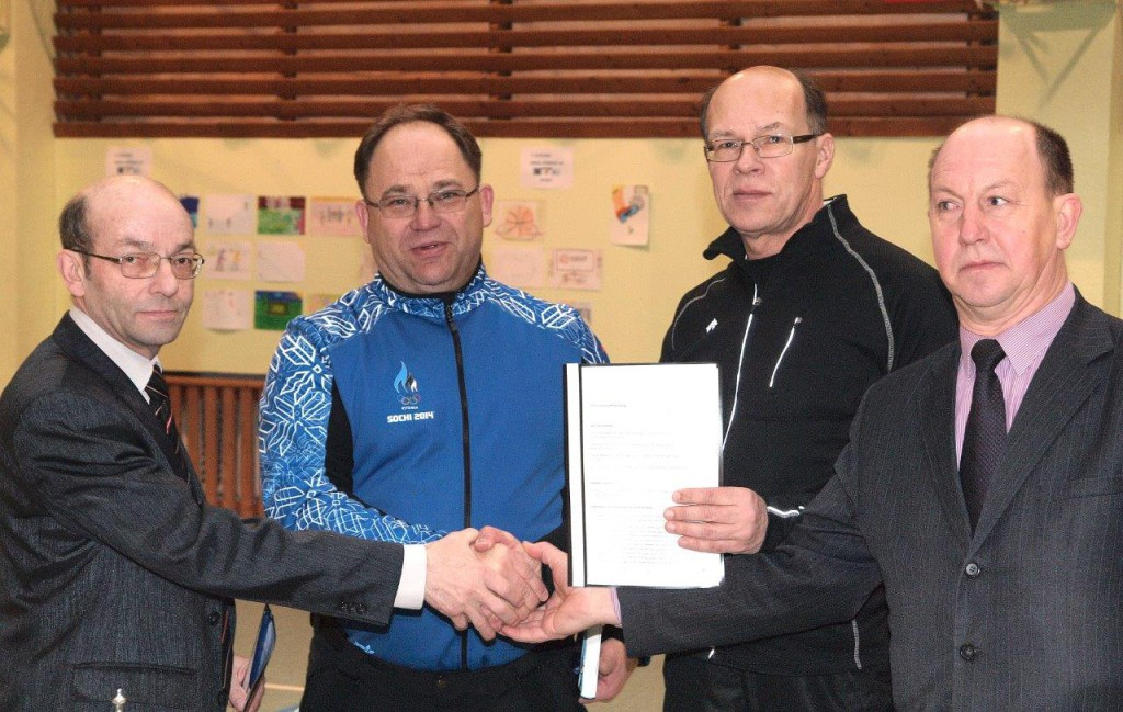 Toivo Tõnson, Neinar Seli, Enn Kurg ja Viktor Svjatõšev pärast lepingu allkirjastamist Foto: Vahur Kukk