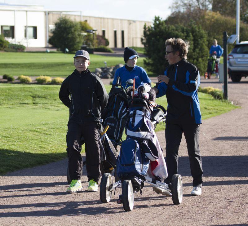 AJAKIRI GOLF! Eesti golfihooaja viimastel tiitlivõistlustel – Tallinna lahtistel meistrivõistlustel Sven Kaljuveeri karikatele – lõpetas Niitväljal 1.võistluspäeva liidrikohal Carl Hellat