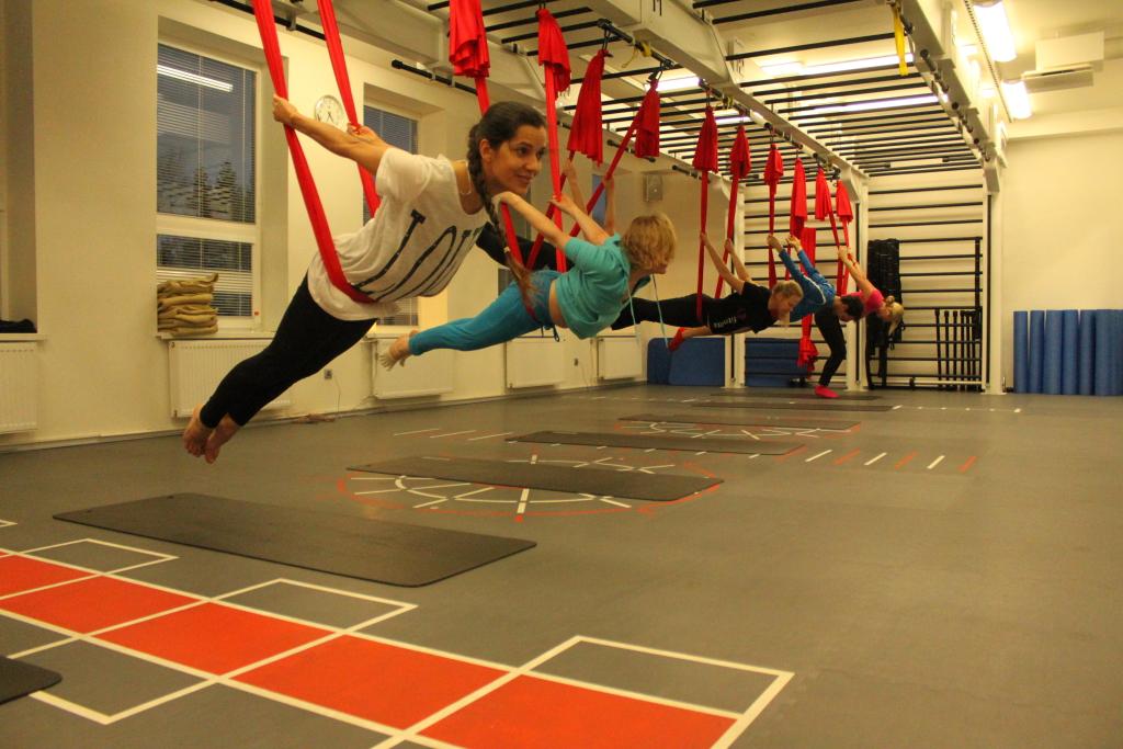GOODNEWS KATSETAS! TERASESSE TRENNI! Aerial Yoga: kamp joogahuvilisi treeneri juhatusel kookonis väänlemas