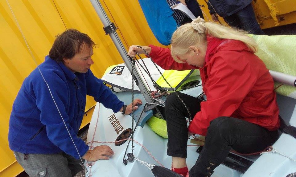 Nägemispuudega Rea Kukk tutvub RS Feva sportpaadiga