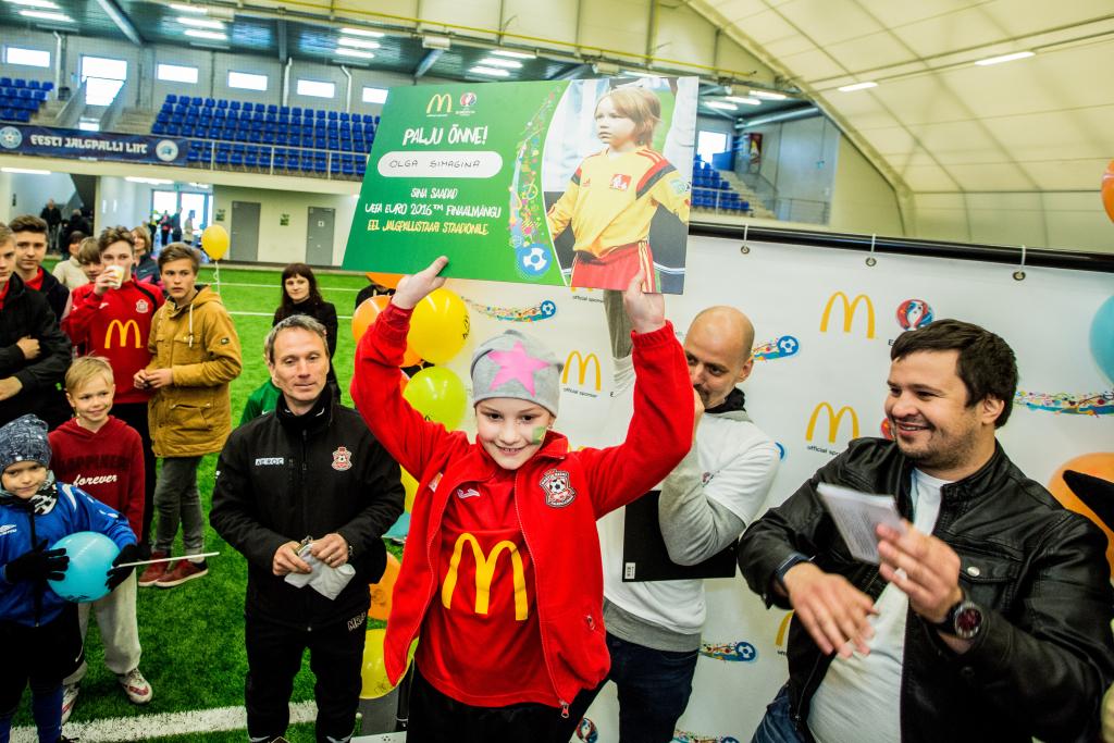 VAHVA! Eestit jalgpalli EMi finaalis esindav 9-aastane Olga asub Pariisi poole teele