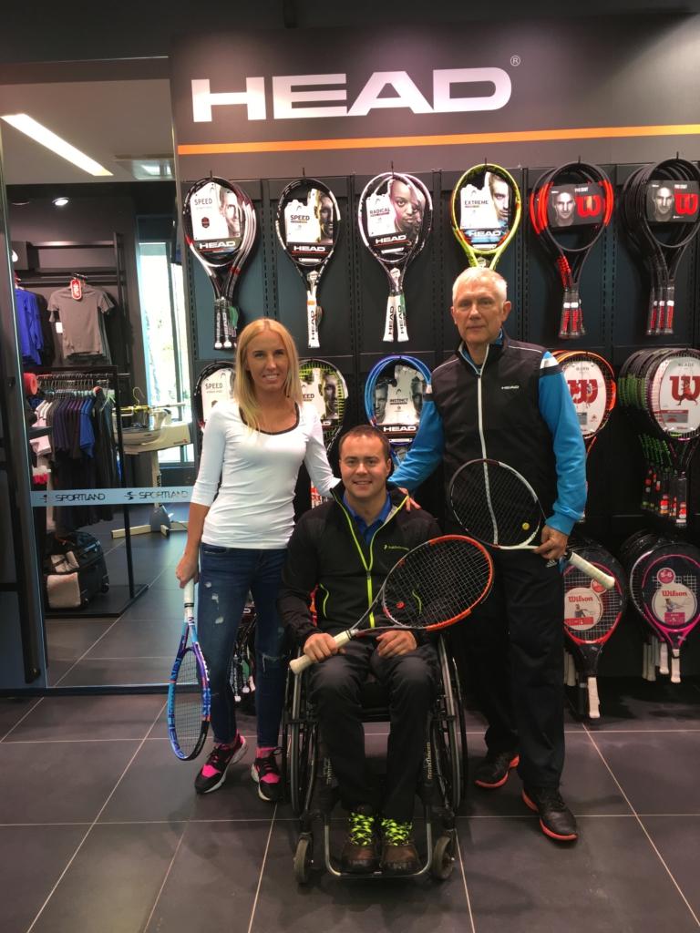 Ratastoolitennisist Viljar Villiste koos HEADi esindaja Marleen Alevi ja oma treener Alar Milkiga