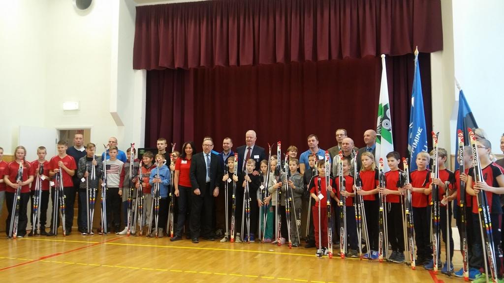 Kingitus! EOK asepresident Jüri Tamm andis täna Raplamaal mitmele põhikoolile üle suusavarustuse