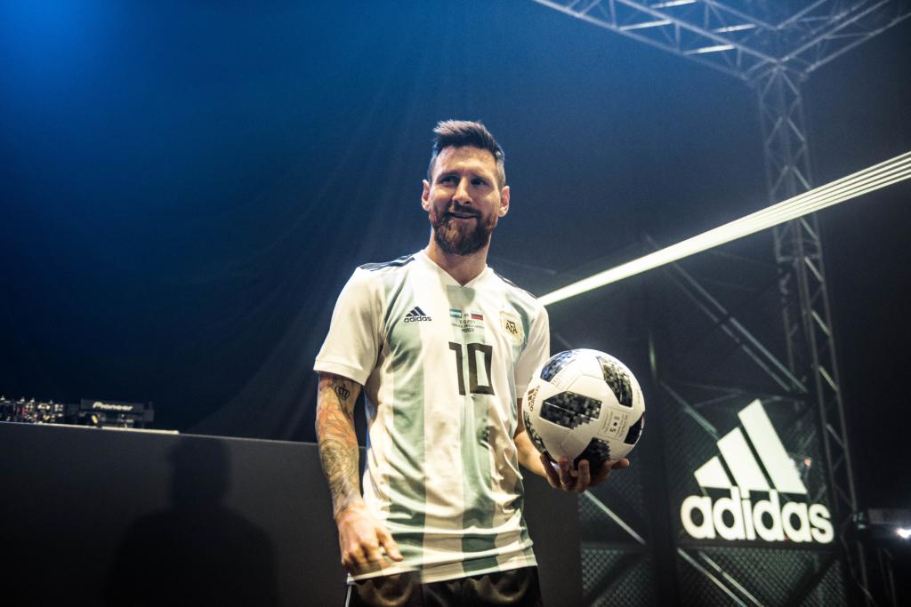 Adidas esitles MMi ametlikku jalgpalli Telstar 18