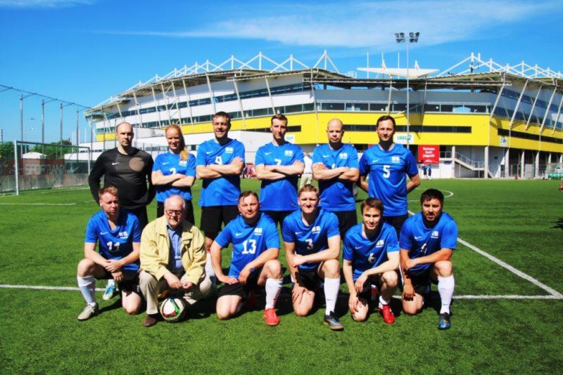 Eesti Riigikogu võitis esimest korda jalgpalli rändauhinna Kuldne kirves