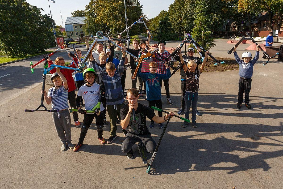 Noored ekstreemsportlased Pelgulinna väljakul