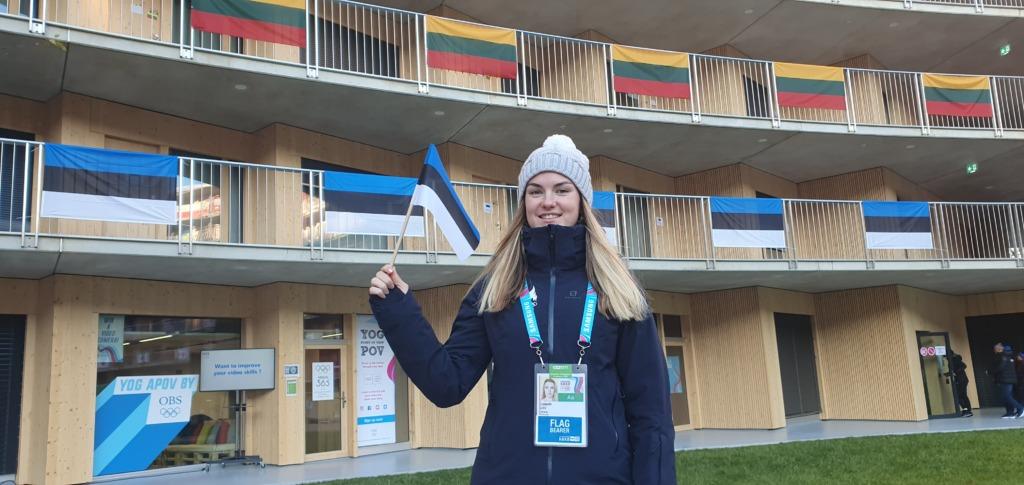 Eesti delegatsiooni lippu noorte taliolümpiamängude avatseremoonial kannab Lisbeth Liiv